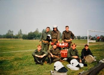 Zastęp z OSP Gostyń podczas zawodów pożarniczych przy motopompie i sprzęcie gaśniczym