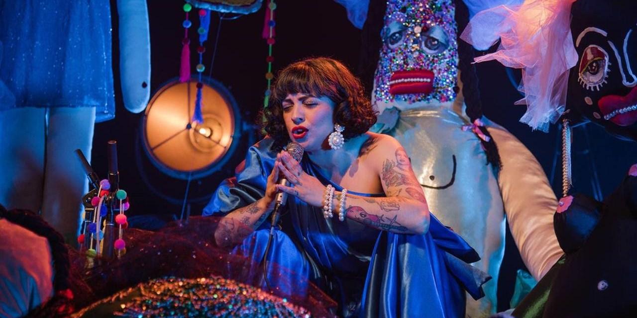MON LAFERTE lanza su álbum acústico en vivo Sola Con Mis Monstruos e inicia la gira #MonLaferteAcústico