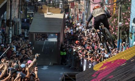 Red Bull Valparaíso Cerro Abajo estrenará inédito formato para revivir su edición 2019 Un grupo de personas en moto en una pista