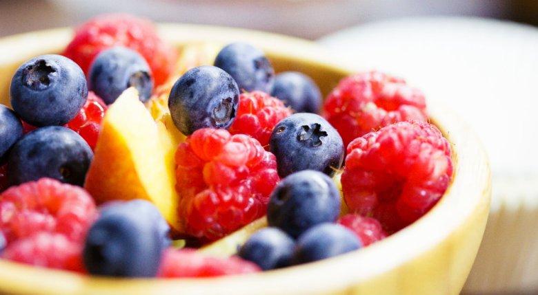 Photo d'une coupe de fruits rouges symbolisant l'alimnetion saine que suggère Littlejohn