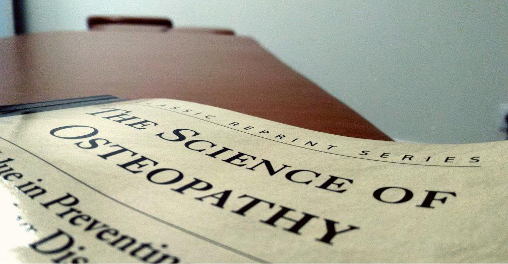 Première de couverture du livre de John Martin Littlejohn, The Science of Osteopathy, dans le cabinet d'ostéopathie de Romagnat au sud de Clermont-Ferrand