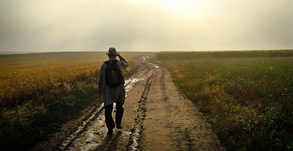 Homme qui marche, illustrant les bienfaits de la marche pour bien digérer après les fêtes ou après un gros repas.