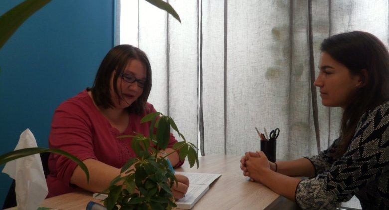 Photo d'un entretien en sophrologie entre Ophélie Champion sophrologue et une patiente.