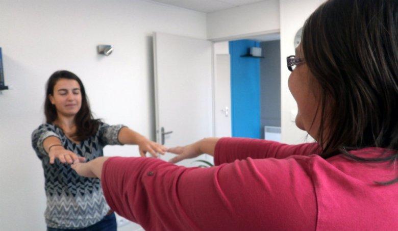Photo d'Ophélie Champion, sophrologue à Romagnat, et d'une patiente pendant un exercice en sophrologie.