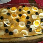Hvit baccalao med hardkokt egg og svarte oliven.
