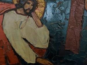 3. Station: Jesus fällt das erste Mal unter dem Kreuz  Niedergedrückt. Mit einem Mal am Boden. Straucheln und Fallen. Das Leiden kommt oft unverhofft. Die Krankheit kommt unverhofft. Mit einem Mal reißt sie Menschen aus ihrem Alltag heraus. Ein kleines Virus kann viel Macht haben. Es gilt, wieder aufzustehen.  Wir beten:  Für alle, die erkrankt sind:  Christus, nimm dich ihrer an.  Für alle, die im Krankenhaus behandelt werden: Christus, … Für alle, die sich Quarantäne befinden: Christus,…  Für alle, die isoliert sind: Christus,…  Für alle, die auf Genesung ihrer Angehörigen hoffen: Christus,…