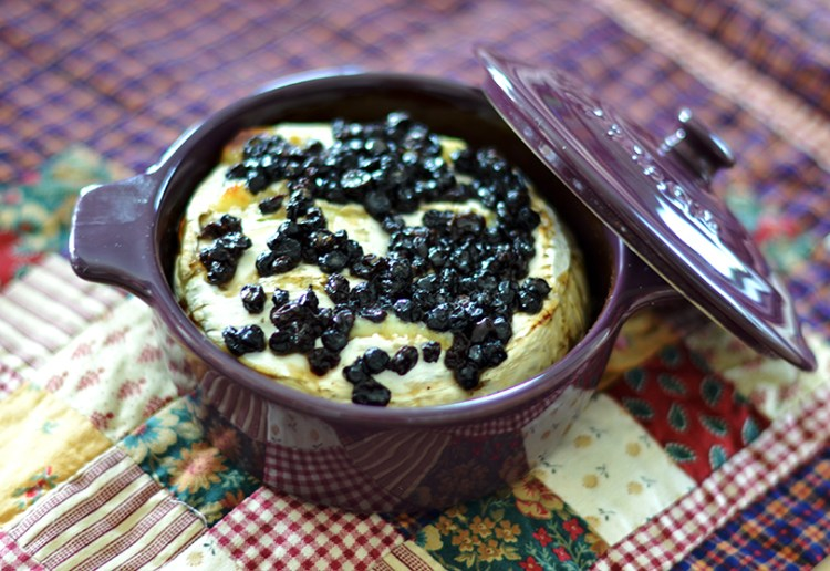 Bagt camembert med blåbær og vanilje