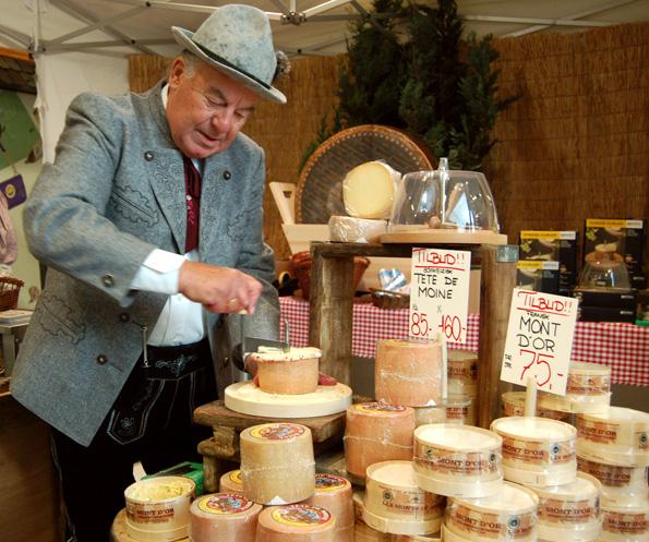 Flemming Johansson sælger ost i tyrolertøj