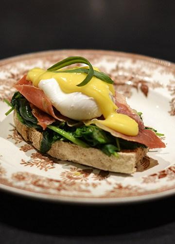 Eggs Benedict med ostesauce
