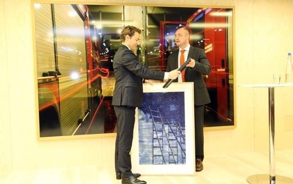Arbeidsminister Robert Eriksson (t.h.) overrekker prisen til Hans Christian Brodtkorb i DLA Piper. (Foto TH)