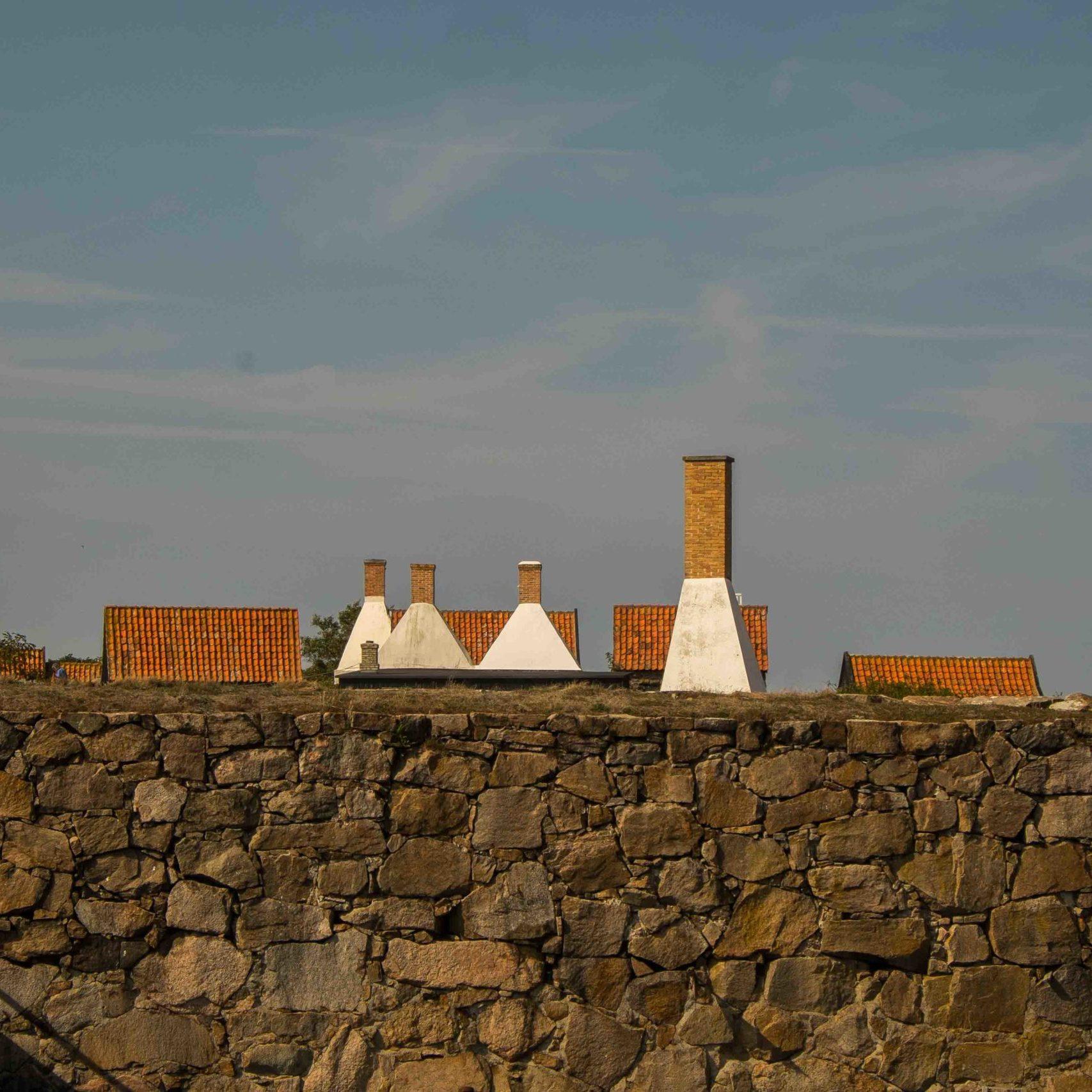 Frederiksø: Schornsteine, Dächer und Mauern