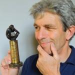 Ein Affe, der die denkmalgeschützte Max-Villa in der Hand hält: Ernst Grünwald hat den Denkmalpreis gestaltet.