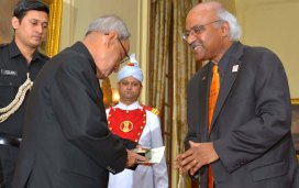 Dean Pantula presents an Oregon State memento to the President of India - an OSU engraved clock.
