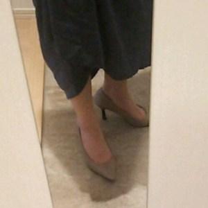 アミアミのパンプスを履く