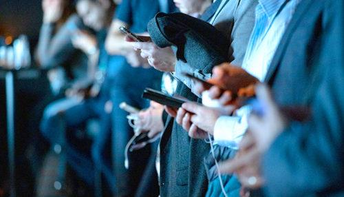 携帯を持つ人々