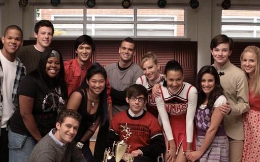 Elenco de Glee na primeira temporada olhando em linha reta