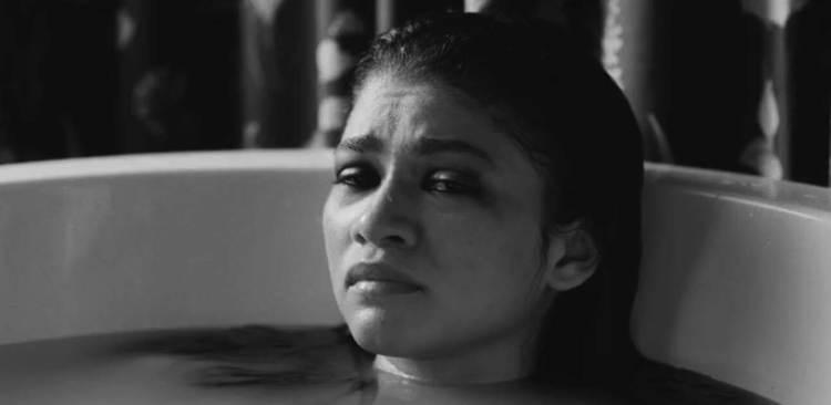 Marie chorando na banheira
