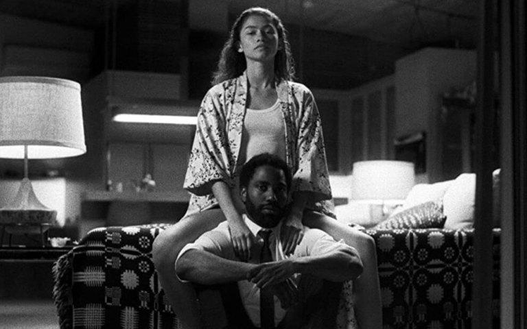 Malcolm e Marie sentados olhando em linha reta