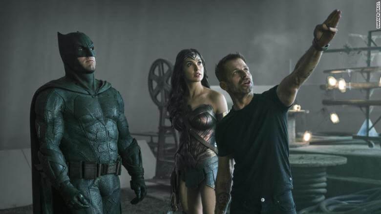 Zack Snyder dirigindo uma cena de Liga da Justiça