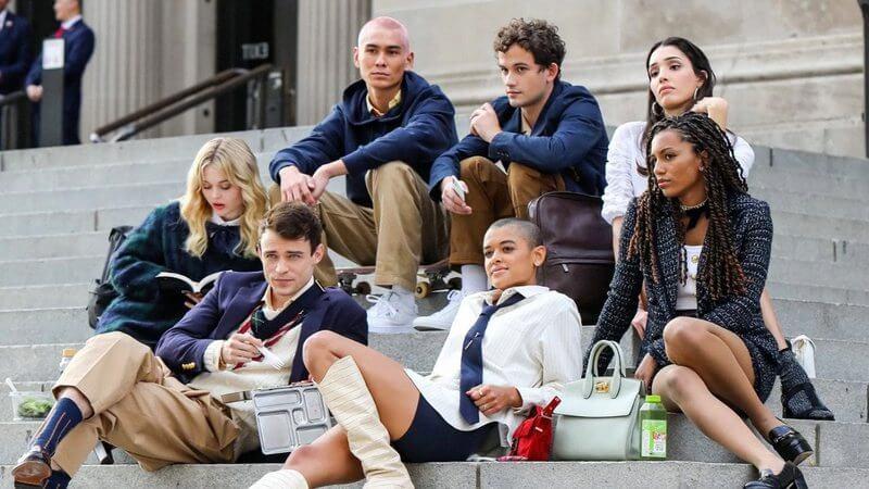 Foto com o elenco de Gossip Girl (reboot) nas escadarias do MET Otageek