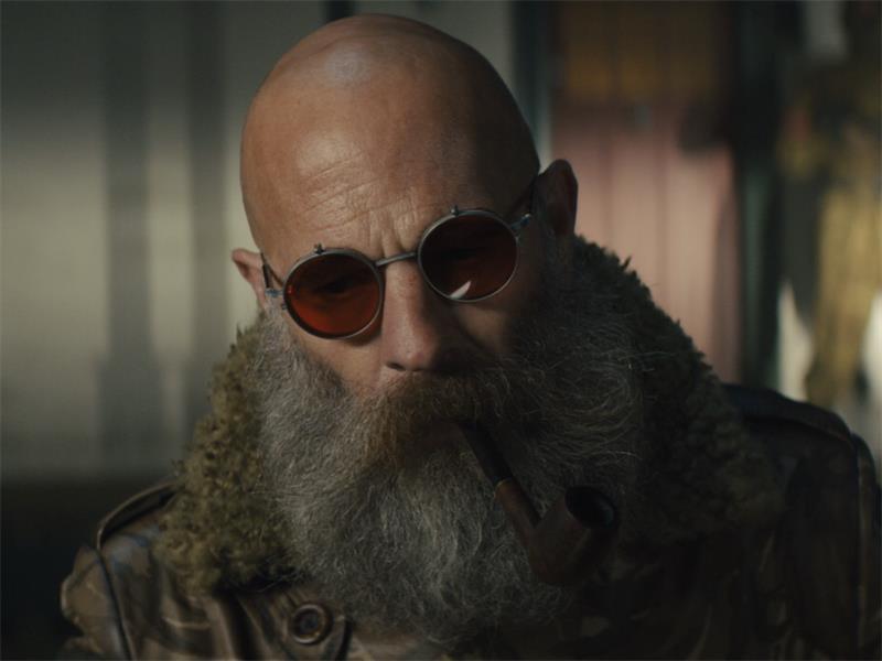 """O vilão General com seu óculos vermelho em cena de """"Sweet Tooth"""""""