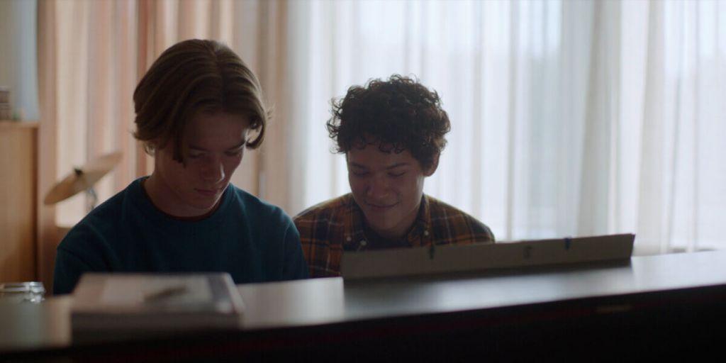 O casal Wilhelm e Simon tocando piano.