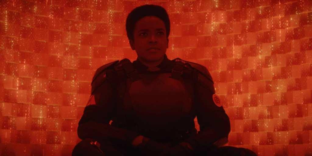 Wunmi Mosaku interpretando a personagem agente B-15, que agora é prisioneira da AVT - Otageek
