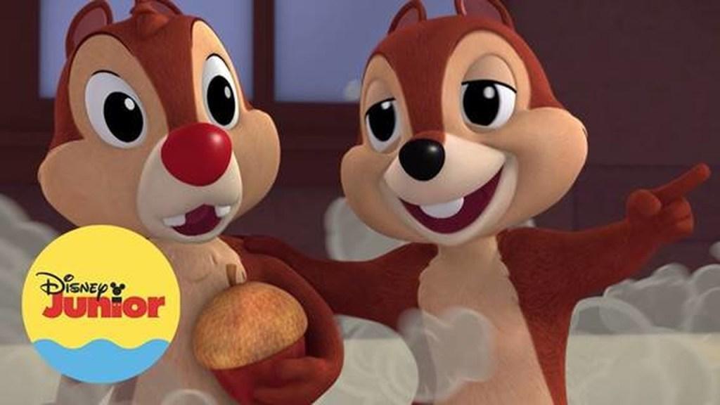 """Imagem promocional de """"Mickey Aventura Sobre Rodas"""". Nela, vemos os dois esquilos, Tico e Teco, em animação 3D. Um deles segura uma noz. No canto inferior esquerdo há um logo do canal Disney Junior, no formato de um selo azul e amarelo."""