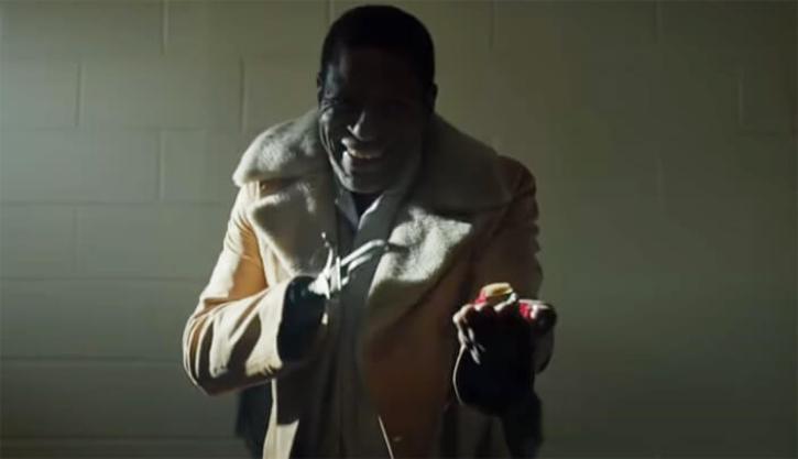 Homem com um gancho no lugar da mão oferecendo doces