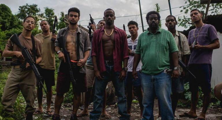 Um grupo de homens armados