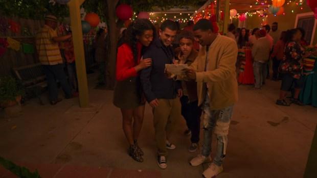 Monse, Cesar, Ruby e Jamal olhando um mapa - Crítica - On My Block parte nossos corações e se despede com uma ótima temporada final - Otageek