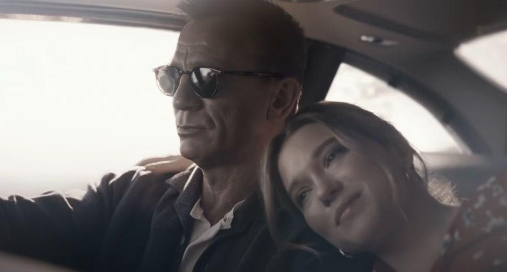 Bond e Madeleine vivem romance inocente na primeira parte do filme.