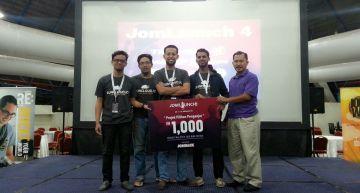 RunCloud.io memenangi RM1000 untuk anugerah Projek Pilihan Penganjur, disampaikan oleh Mohd Yazid Abd Manaf, CEO Telekom Sales and Services Sdn. Bhd.