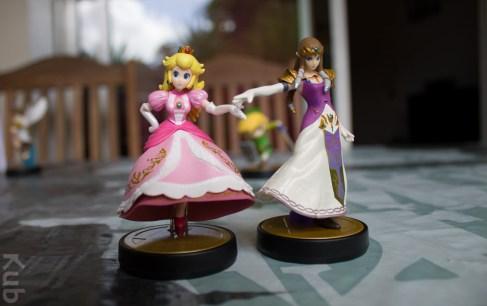 L'Amiibo Zelda et l'Amiibo Peach côte à côte.