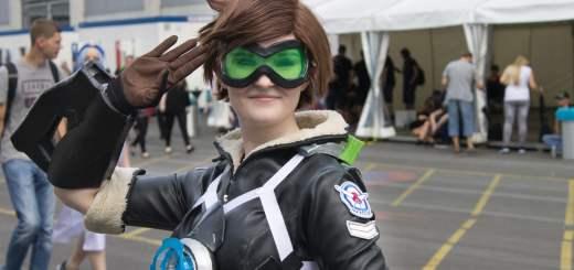 Une Tracer dans son cosplay alternatif à la Gamescom 2016 !