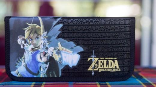 """Elle est également connue sous le nom """"Nintendo Switch Premium Console Case - Zelda Edition"""""""