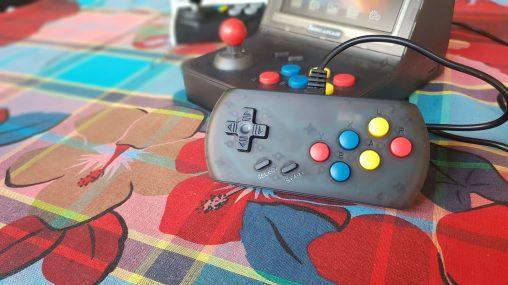 La Retro Arcade RS-07 est fournie avec 2 manettes de qualité médiocre (mais suffisantes pour jouer).