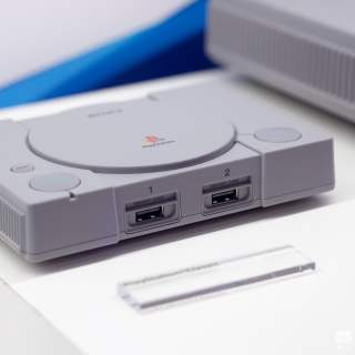 La console est minuscule, mais la qualité de fabrication est bien visible.