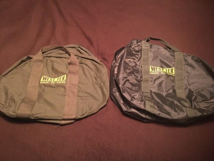 A droite, le sac de mauvaise qualité dans l'édition collector, à gauche, le sac envoyé en dédommagement par Bethesda.