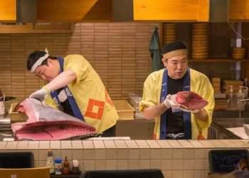 Quán sushi nổi tiếng trong khu phố đèn đỏ ở Nhật Bản