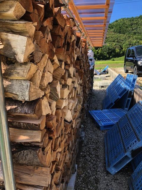 またまた崩れそうな棚の調整と、針葉樹焚き付けの収納