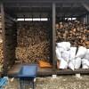 約40cmの薪と、約35cmの薪を割った時に分けて山にしているんですが、短い薪を少し乾くまで辛抱しないで、もう積み始めました。