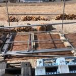 新しい薪棚を作っています。