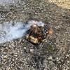 焚火をしながら薪商品作り