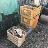 お客さんとご近所さんには皮と木っ端とハンパ薪を差し上げています。