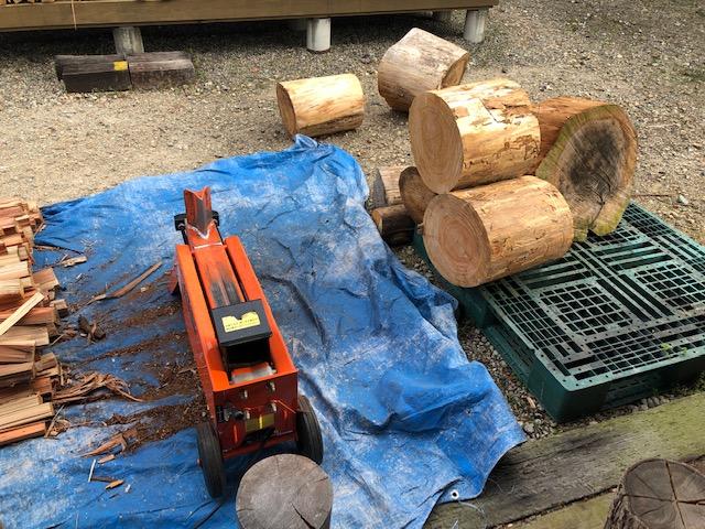 【薪割り】針葉樹まだまだ割ります。