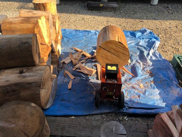 針葉樹薪割り続行してるけど、全然減らねえ・・・