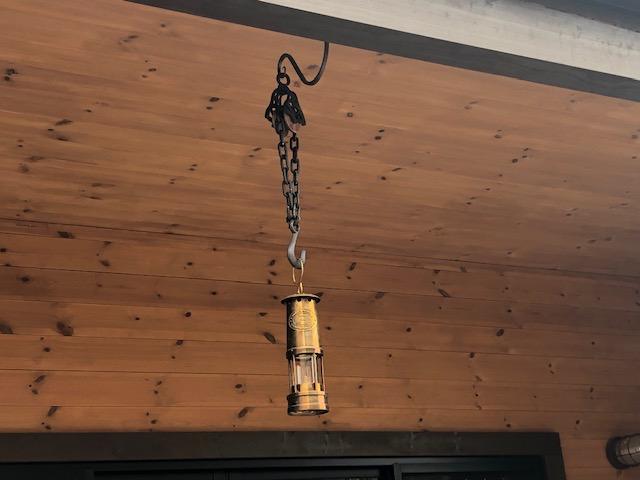 【オイルランプ掛け】小屋にアイアンと滑車のオイルランプ掛けを設置した件
