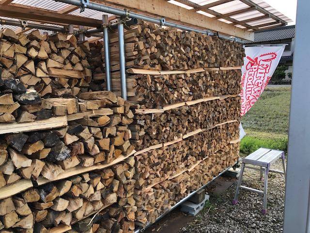 【ほぼ積み切った】針葉樹薪を積む