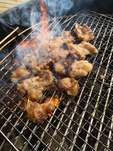 【ソーセージと手羽先】一松精肉店で購入した肉を焼く